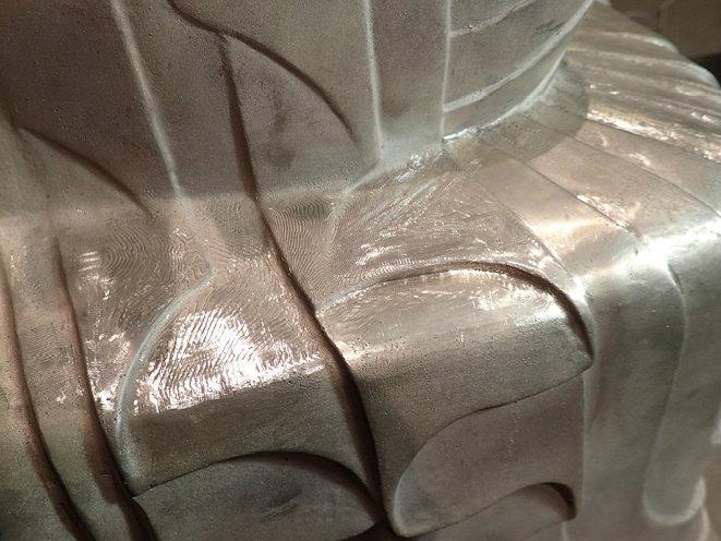 ④3Dプリンターの積層痕は特注のヤスリなどで除去(東京藝大にて作業) 写真提供:東京 藝術大学COI拠点