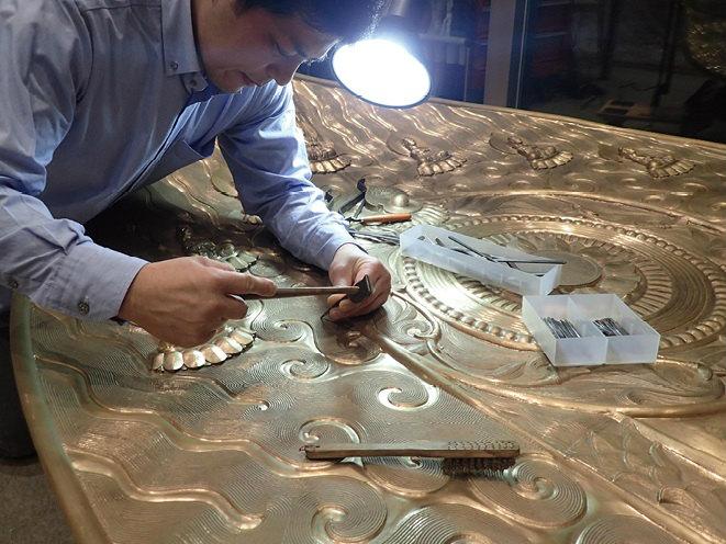 ⑤表面仕上げで作られた当時の姿に近づける(東京藝大にて作業) 写真提供:東京 藝術大学COI拠点