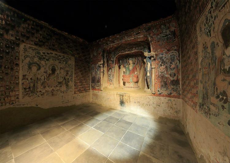 敦煌莫高窟第57窟(中国・甘粛省)世界遺産にも登録されている敦煌莫高窟のうち、「美人窟」として人気の第57窟を復元した。壁画と仏像はそれぞれ3D計測によりデータ化。洞窟内の凹凸まで再現した空間に、データから印刷した画像を貼り付けて壁画を完成させた。繰り返し修復されている仏像は、現地の研究者たちと協力して、制作当時の形状や材質を考慮してつくった。 写真提供:東京藝術大学COI拠点