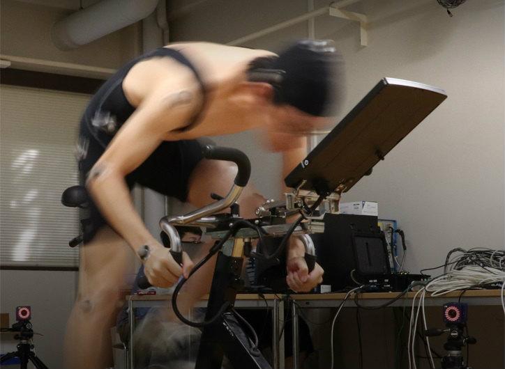 エルゴメーターを使用して、自転車の漕ぎ動作をモーションキャプチャー用カメラで撮影 (画像提供:東京大学スポーツバイオメカニクス研究室)