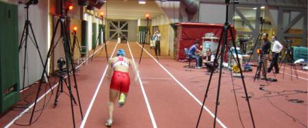 モーションキャプチャーを使って、アスリートの走る動作や跳ぶ動作を解析。データを分析することで記録向上に役立てる 画像提供:東京大学スポーツバイオメカニクス研究室