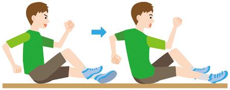 正しいフォームで走るためのドリル例1:お尻歩き 地面にお尻をついた状態で、交互にお尻を浮かせながら前進する。背骨と体幹を意識することで、バランス感覚が鍛えられる。