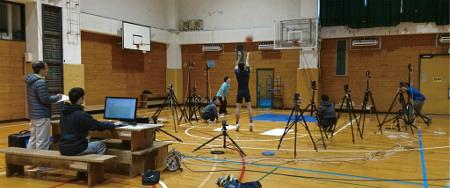 バスケットボールのシュート動作を解析 シュート動作をモーションキャプチャー用カメラで撮影し、データを収集する 画像提供:東京大学スポーツバイオメカニクス研究室