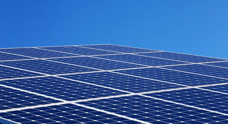 新国立競技場では、屋根の先端に薄型の太陽電池を設置することが計画されている(写真は太陽光パネルのイメージ)
